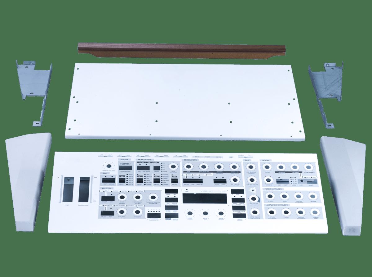 Einzelne Teile und Komponenten wie Frontblende und Seitenteile einer Baugruppenfertigung